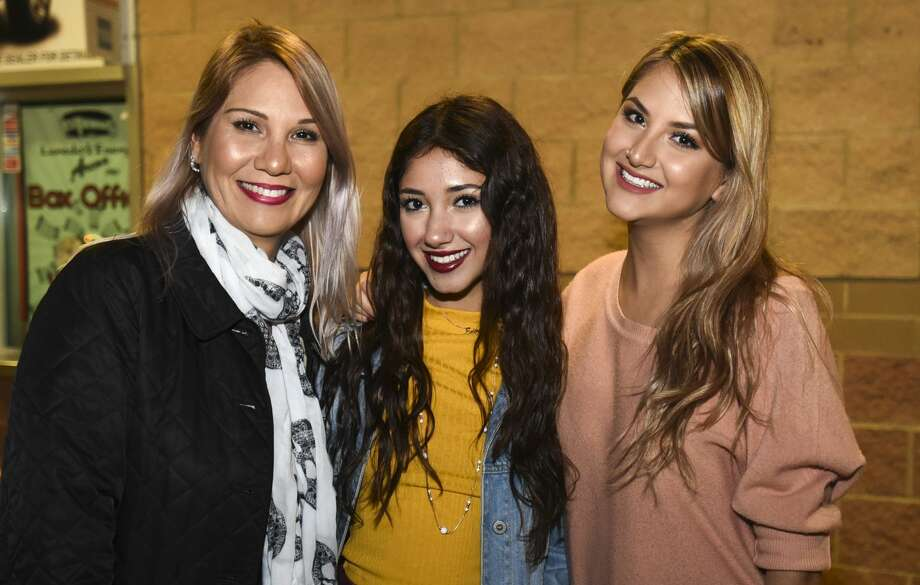 Laredoans head out to the Laredo Energy Arena for the Enrique Iglesias and Pitbull concert on Tuesday, Nov. 21, 2017. Photo: Danny Zaragoza/Laredo Morning Times