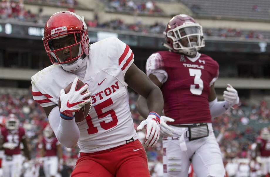 Linell Bonner #15 of the Houston Cougars catches a touchdown past Sean Chandler #3 of the Temple Owls in the third quarter at Lincoln Financial Field on September 30, 2017 in Philadelphia, Pennsylvania. The Houston Cougars defeated the Temple Owls 20-13. (Photo by Mitchell Leff/Getty Images) Photo: Mitchell Leff, Stringer / 2017 Getty Images