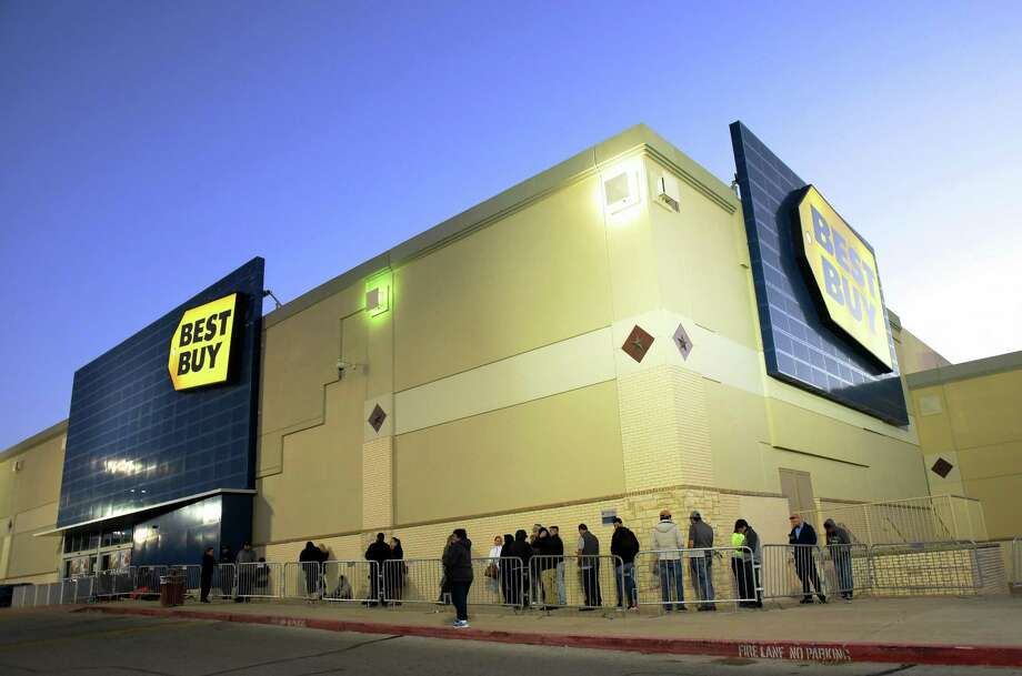 People wait in line in the very early morning hours, about 6:30, to get into the Best Buy near the intersection of Loop 410 and San Pedro on Friday, Nov. 24, 2017. Photo: Billy Calzada, Staff / San Antonio Express-News / San Antonio Express-News