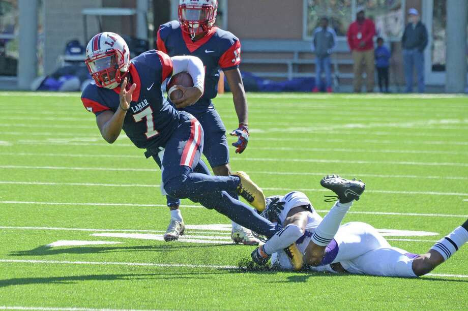 Ty Holden (7) of Lamar scrambles for a first down on a quarterback keeper in the second quarter of a 6A-III area playoff football game between the Lamar Texans and the Ridge Point Panthers on November 23, 2017 at Legacy Stadium, Katy, TX. Photo: Craig Moseley, Houston Chronicle / ©2017 Houston Chronicle