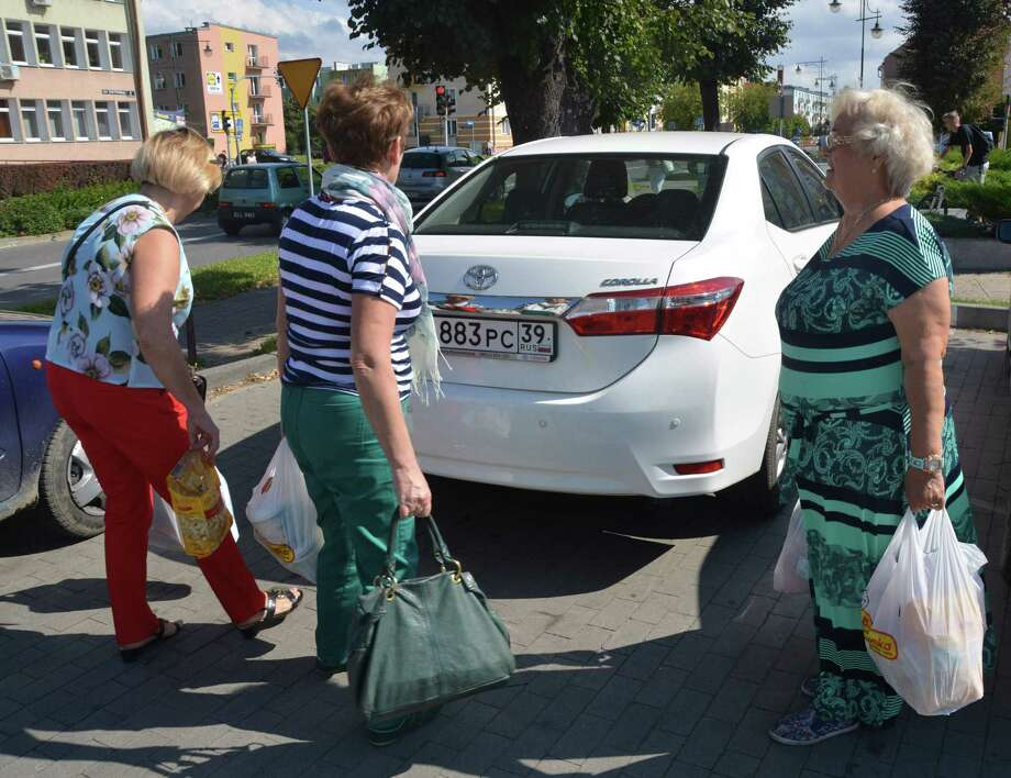 (FILES) This file photo taken on August 29, 2016 shows Russian shoppers carrying bags at a supermarket in Braniewo, a town near Poland's border with the Russian exclave of Kaliningrad. Poland adopted legislation on November 24, 2017 that will ban most Sunday trading by 2020, with opinion surveys showing that consumers have mixed feelings about the move in the heavily Catholic EU state.  / AFP PHOTO / DAMIEN SIMONARTDAMIEN SIMONART/AFP/Getty Images Photo: DAMIEN SIMONART, Contributor / AFP or licensors