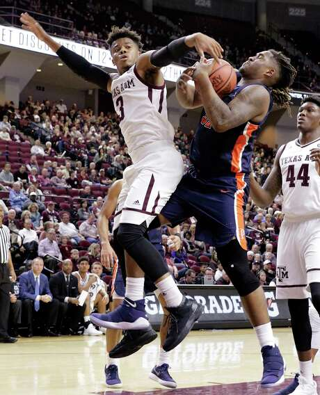 Texas A&M guard Admon Gilder, left, and Pepperdine forward Nolan Taylor battle for control of a rebound during the first half of Friday night's game in College Station. Photo: Michael Wyke, FRE / © Associated Press 2017