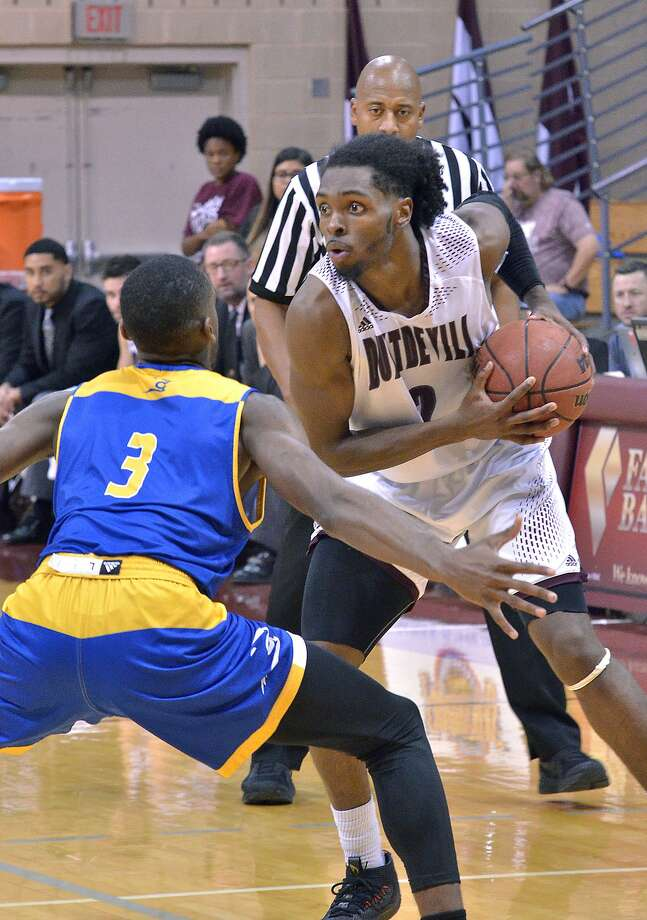 TAMIU's Kamari Robinson had 19 points and 13 rebounds in a 66-61 loss to Texas A&M-Kingsville. Photo: Cuate Santos /Laredo Morning Times / Laredo Morning Times