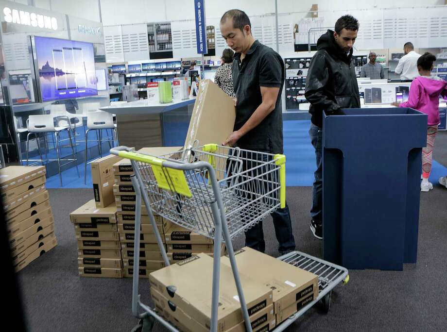 Shoppers fill their carts and aisles looking for Black Friday deals at Best Buy on Friday, Nov. 24, 2017, in Houston. ( Elizabeth Conley / Houston Chronicle ) Photo: Elizabeth Conley, Chronicle / © 2017 Houston Chronicle
