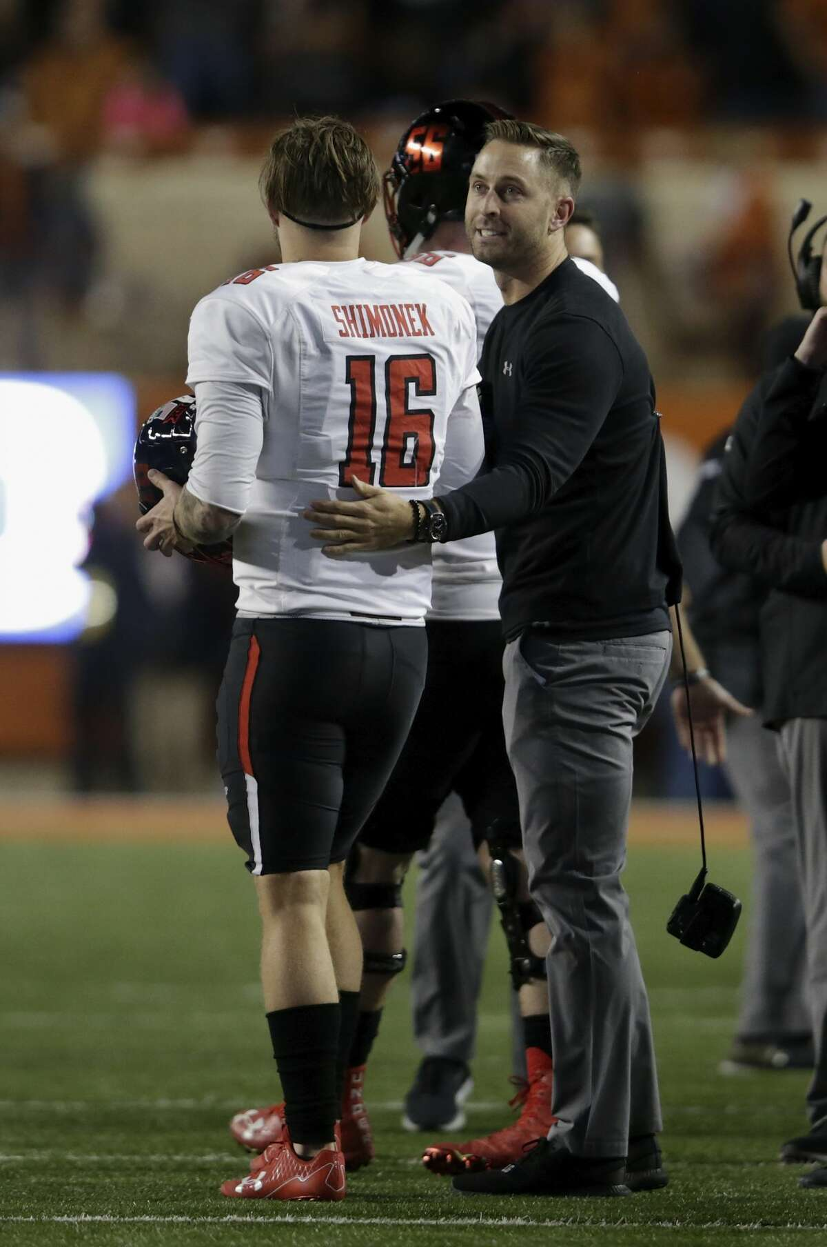 AUSTIN, TX - NOVEMBER 24: Head coach Kliff Kingsbury of the Texas Tech Red Raiders talks with Nic Shimonek #16 of the Texas Tech Red Raiders in the fourth quarter against the Texas Longhorns at Darrell K Royal-Texas Memorial Stadium on November 24, 2017 in Austin, Texas. (Photo by Tim Warner/Getty Images)