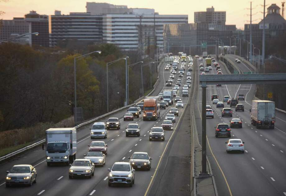 Traffic moves along I-95 during rush hour near Exit 9 in Stamford, Conn., on Monday, Nov. 20, 2017. Photo: Tyler Sizemore / Hearst Connecticut Media / Greenwich Time