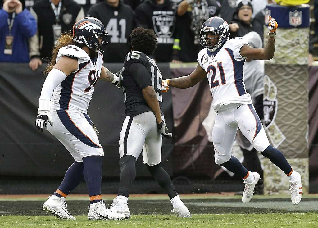 Oakland Raiders Wide Receiver Michael Crabtree Center Fights With Denver Broncos Nose Tackle Domata