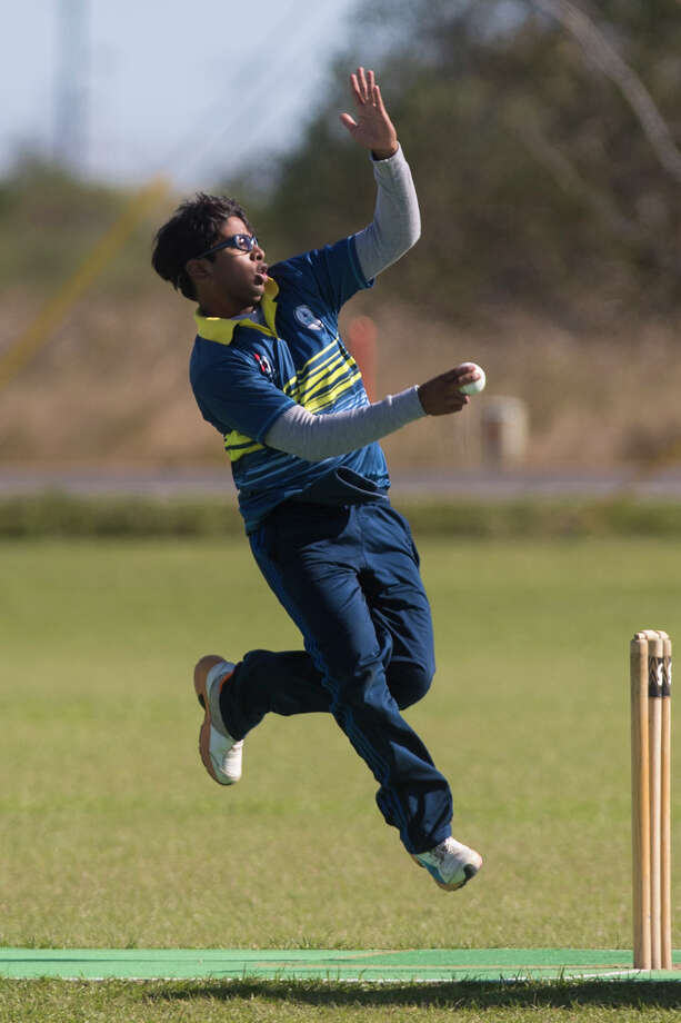 Sri Pare, 15, bowls during a cricket game, Sunday, Nov. 19, 2017, in Katy. ( Marie D. De Jesus / Houston Chronicle ) Photo: Marie D. De Jesus, Houston Chronicle / © 2017 Houston Chronicle