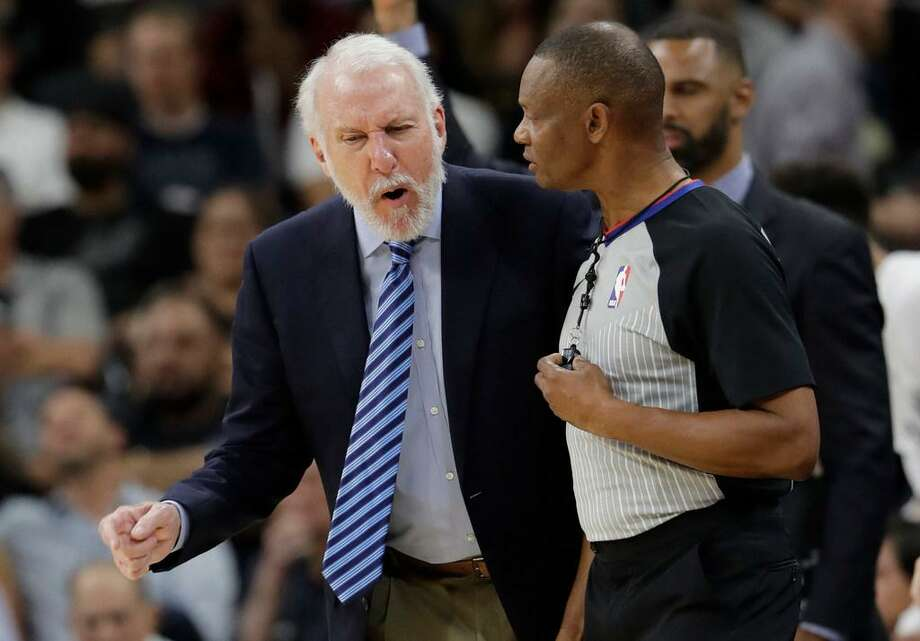 an Antonio Spurs head coach Gregg Popovich, left, argues a call during the first half of an NBA basketball game against the Toronto Raptors, Monday, Oct. 23, 2017, in San Antonio. Photo: Eric Gay /AP Photo