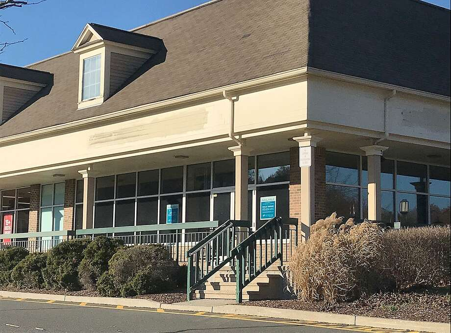 More than a year after Panera Bread closed, a corner location of the Sand Hill Plaza remains vacant.  Photo: Chris Bosak / Hearst Connecticut Media / The News-Times