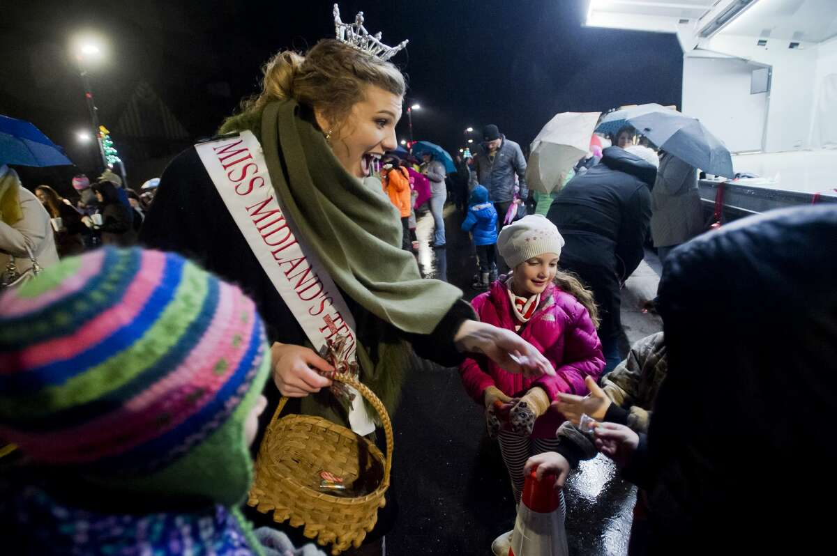Miss Midland's Outstanding Teen 2018 Emma Scheibert passes out candy to children before the lights at the Midland County Courthouse are turned on Tuesday, Nov. 28, 2017. (Katy Kildee/kkildee@mdn.net)