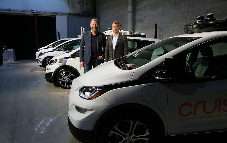 GM President Dan Ammann (left) and Cruise Automation chief executive Kyle Vogt stand near the companies' self-driving Chevy Bolts in San Francisco. Photo: JIM WILSON, NYT
