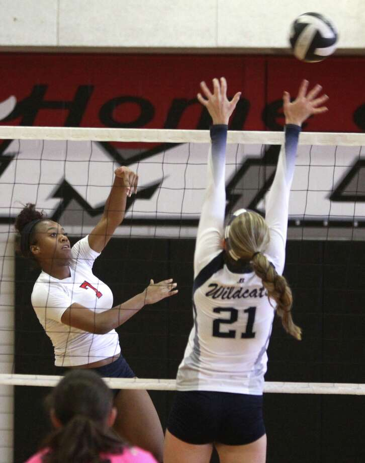 Dulles' Alexis Applewhite returns a shot against Tomball Memorial's Morgan Moseley during the Spring Branch ISD 2014 Varsity Tournament, Aug. 21 at Memorial High School. Visit HCNPics.com for more photos. Photo: Alan Warren, Staff Photographer / HCN