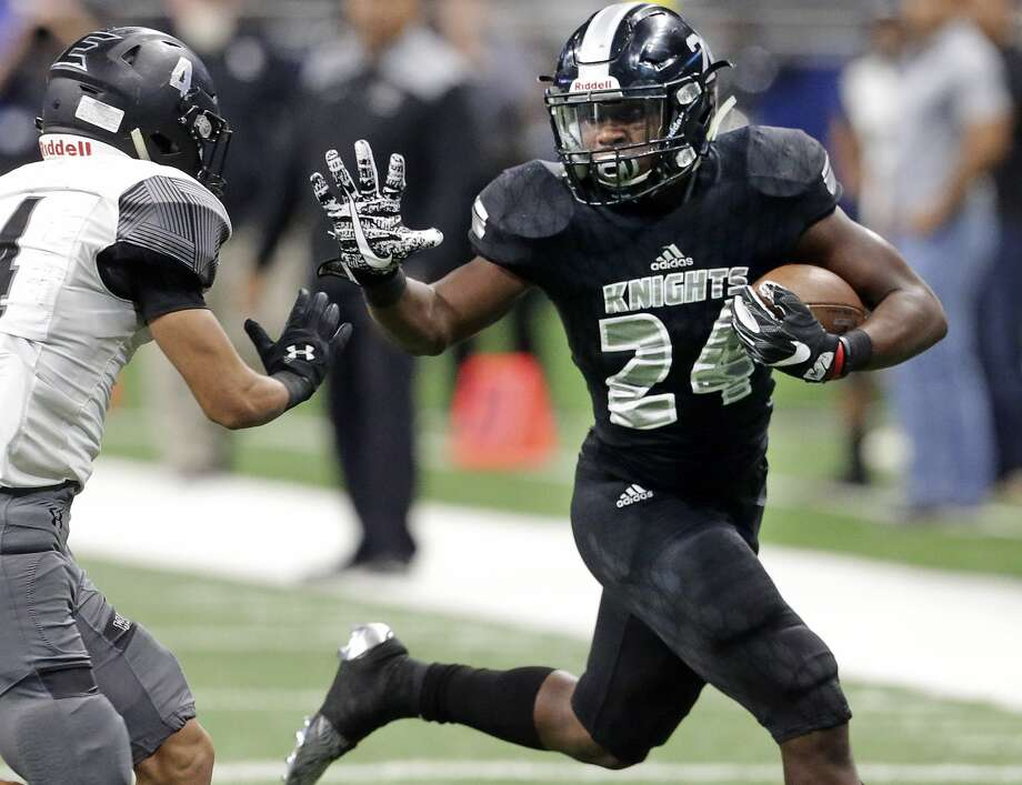 De'Quavion Thomas gets around the left end as Steele plays Weslaco in third round playoff action at the Alamodome on December 1, 2017 Photo: Tom Reel/San Antonio Express-News