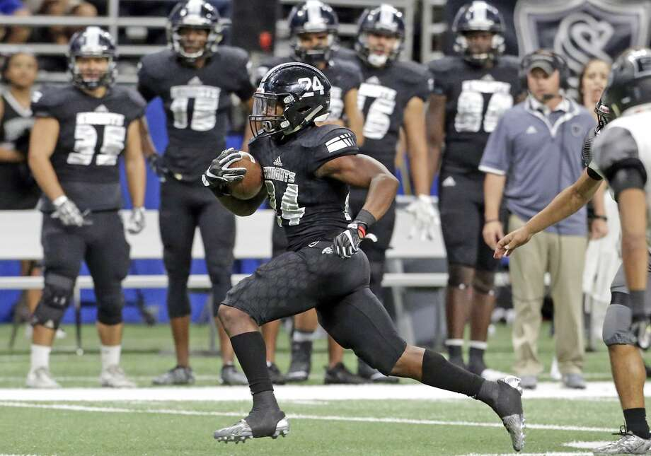 De'Quavion Thomas draws the attention of his own sideline as he sprints right as Steele plays Weslaco in third round playoff action at the Alamodome on December 1, 2017 Photo: Tom Reel/San Antonio Express-News