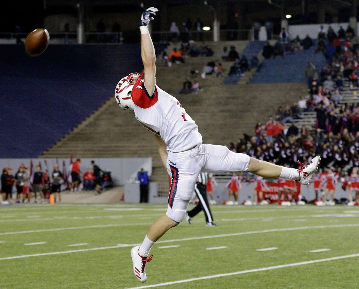 Lamar's Zane Knipe (11) misses the reception against North Shore during the second half of their regional semi-final game at Rice Stadium in Houston, TX, Dec. 1, 2017 (Michael Wyke / For the Chronicle)