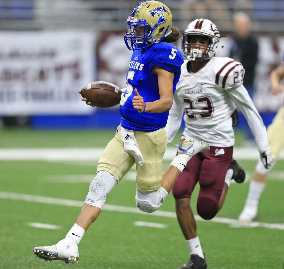 Kerrville Tivy's Karson Valverde scores a touchdown ahead of Corpus Christi Calallen's Richard Davis during first half action of their Class 5A Division II third-round playoff game held Saturday Dec. 2, 2017 at the Alamodome. Photo: Edward A. Ornelas, Staff / San Antonio Express-News / © 2017 San Antonio Express-News