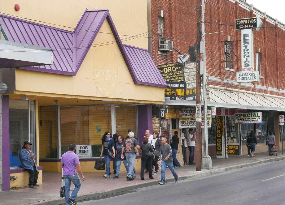 A pesar del número de negocios cerrados, los compradores buscan ofertas a lo largo de la avenida Convento, el sábado. Photo: Cuate Santos /Laredo Morning Times / Laredo Morning Times