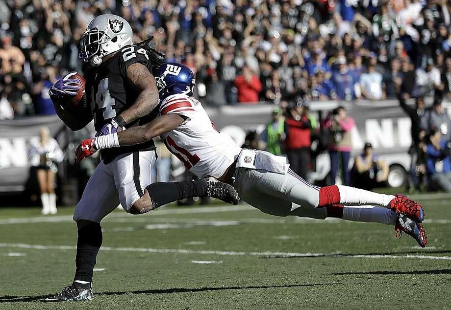 Oakland running back Marshawn Lynch (24) recorded his longest run ever in a Raiders uniform with a 51-yard touchdown run. Photo: Marcio Jose Sanchez, Associated Press
