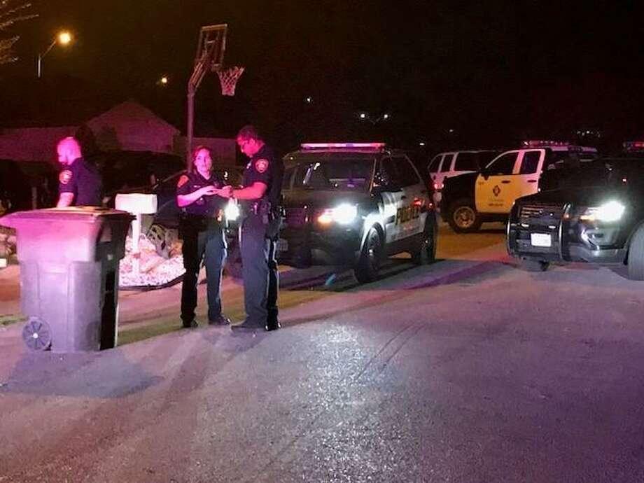 San Antonio police investigate a shooting in the 7000 Block of Hallie Ridge on the South Side. Photo: Alex Luna /San Antonio Express-News