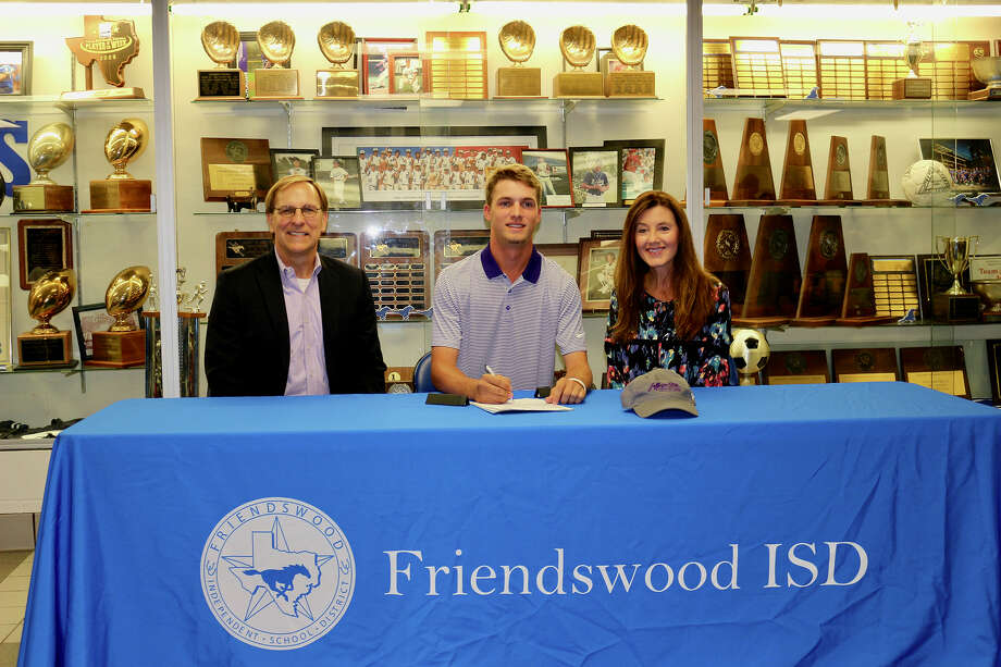 Friendswood golfer Hart Holtzclaw has signed a national letter of intent with Jefferson State Community College. Holtzclaw was joined at the signing by his parents, Tom and Stacey. Photo: Courtesy Photo