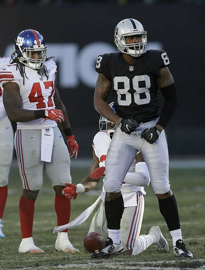 Oakland Raiders tight end Clive Walford (88) against the New York Giants during an NFL football game in Oakland, Calif., Sunday, Dec. 3, 2017. (AP Photo/Ben Margot) Photo: Ben Margot, Associated Press
