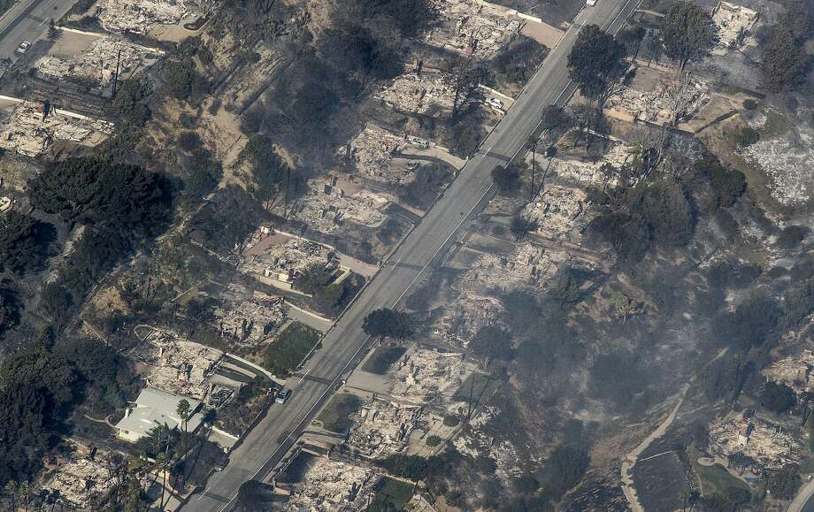 Homes burned to the ground in view of the Thomas fire from helicopter in Ventura County, Calif., on Dec. 5, 2017. Photo: Brian Van Der Brug, TNS