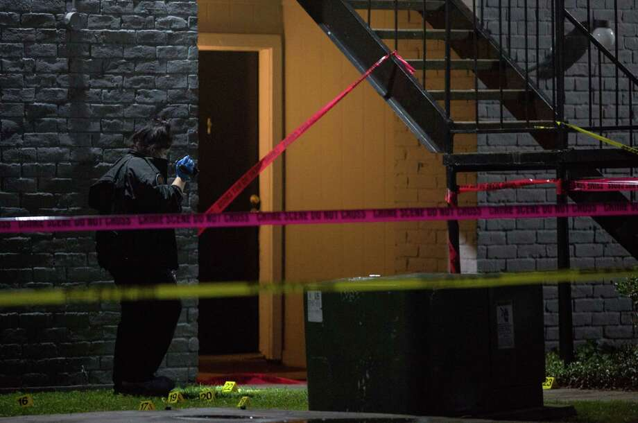 Houston Police investigates the scene of a fatal shooting at an apartment complex on Sharpcrest Street, near Corporate Drive Wednesday, Dec. 6, 2017, in Houston. Photo: Godofredo A. Vasquez / Houston Chronicle