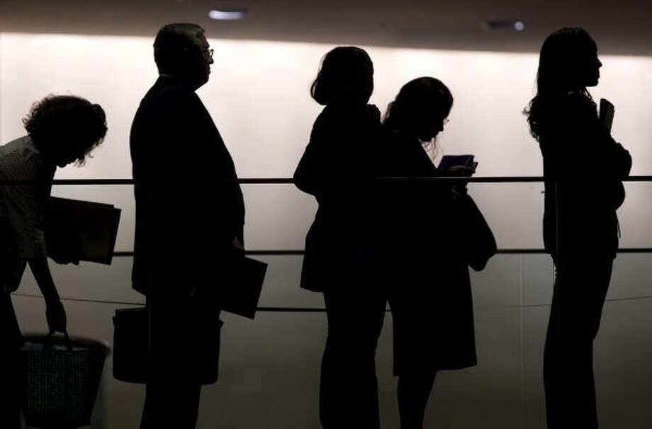 Cientos de personas forman filas en una feria de desempleo. El empresario y autor Abel Garcia publica su mé¡s reciente libro, y el primero en espaé±ol, para combatir el desempleo y su método para el éxito de mercadeo de si mismo. Photo: Fuente: AP