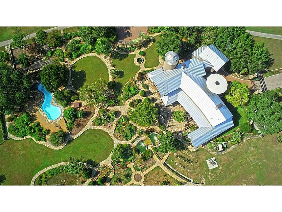 Hodde Realty has listed the Lucky Shamrock Ranch in Washington, Texas for $5.95 million. The main home has 4 bedrooms and 3 full and 2 half baths, on more than 220 acres. It also comes with its own observatory with a research-grade telescope. Photos by Hodde Realty. See the full listing. Photo: Hodde Realty