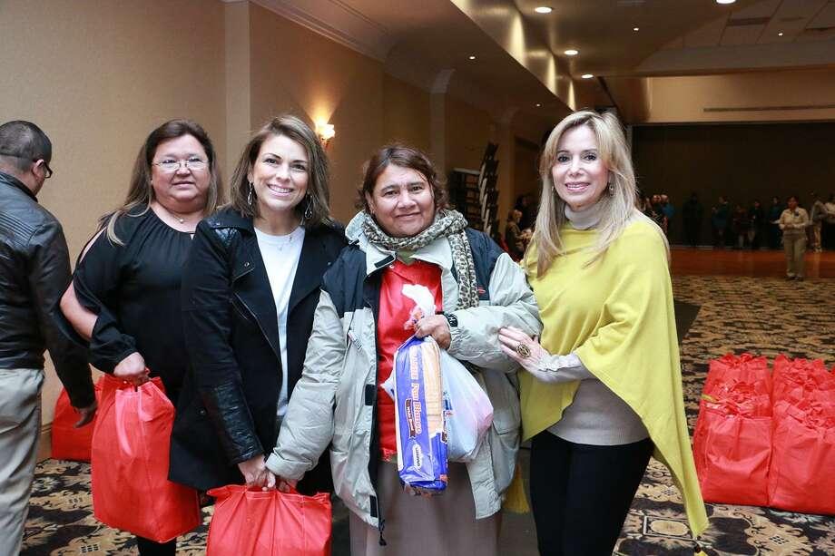 La entrega de despensas estuvo a cargo del Patronato de Damas Voluntarias del organismo. Photo: Foto De Cortesía /AAANLD