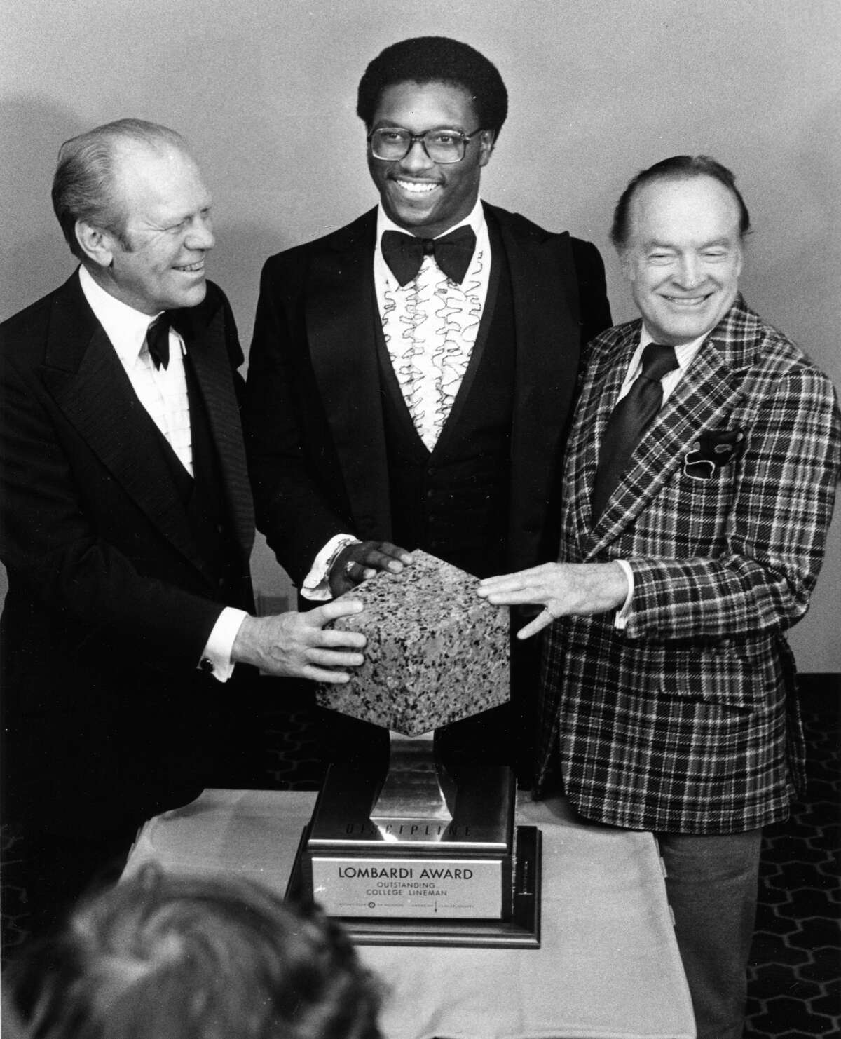 01/27/1977 - Former President Gerald Ford with Lombardi Award recipient, University of Houston's Wilson Whitley, and comedian Bob Hope. Since 1970, the Rotary Club of Houston has annually presented the Lombardi Award to the best collegiate defensive lineman.