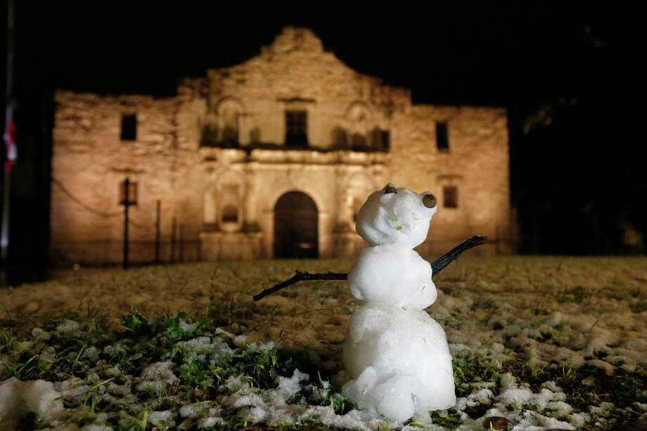 A snowman and the Alamo Thursday Dec. 7, 2017. Photo: Edward A. Ornelas, San Antonio Express-News / © 2017 San Antonio Express-News