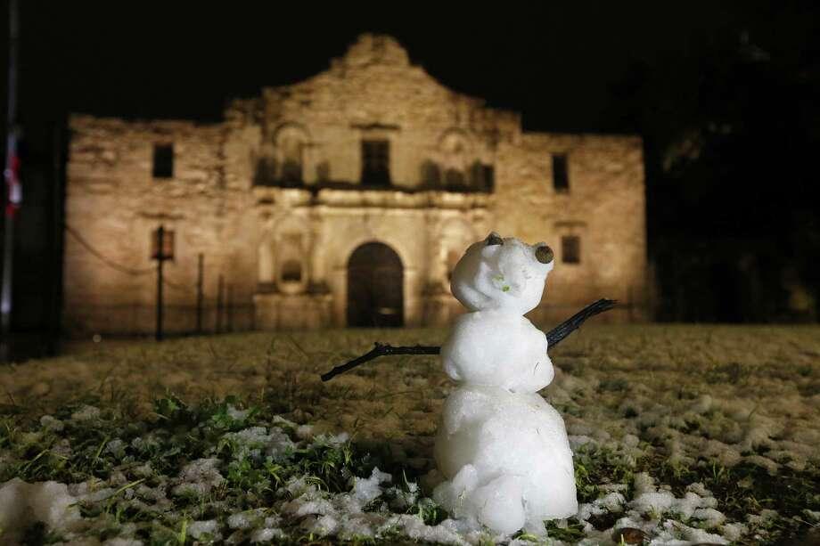 A snowman and the Alamo Dec. 7. Photo: Edward A. Ornelas /San Antonio Express-News / © 2017 San Antonio Express-News