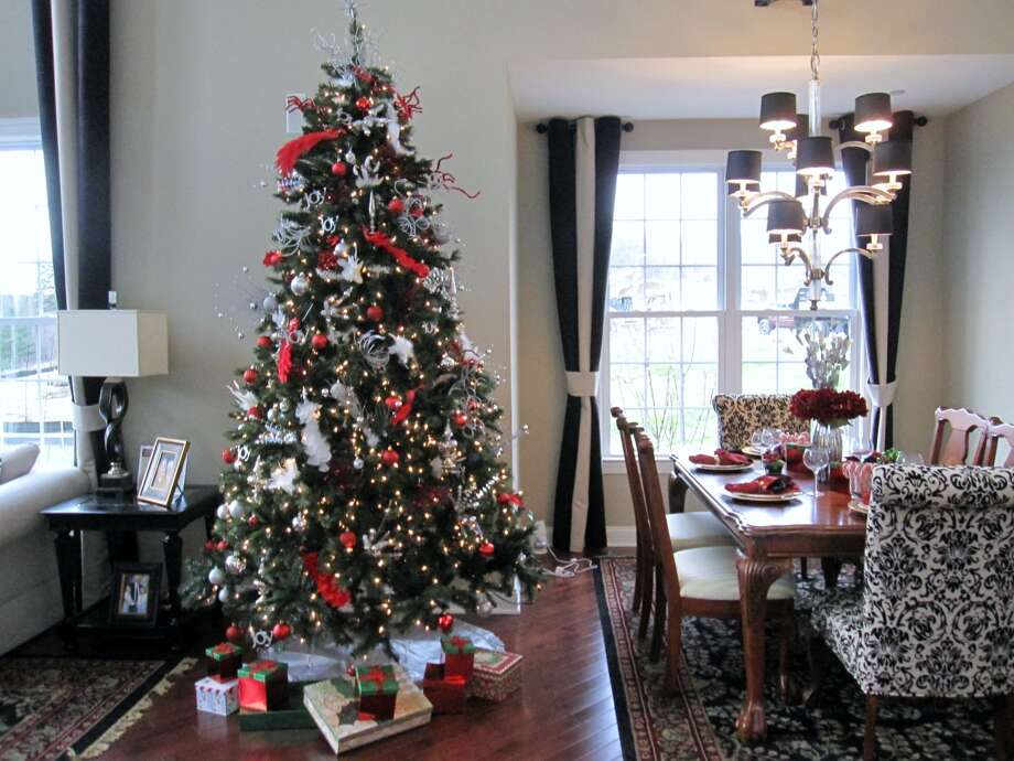 A classic holiday color scheme on display Photo: PJ & Company Staging And Interior Decorating