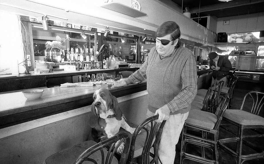 Warren Hinckle, San Francisco watering hole habitue, and basset hound Bentley belly up to the bar at the old Pipeline. Photo: Chris Stewart, The Chronicle