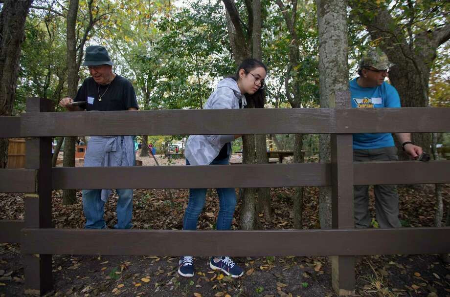 People from different faiths and backgrounds join together during an interfaith Community Service Day on Sunday, Dec. 3, 2017, at the Nature Discovery Center in Bellaire. (Annie Mulligan / Freelance) Photo: Annie Mulligan, Freelance / @ 2000 Annie Mulligan
