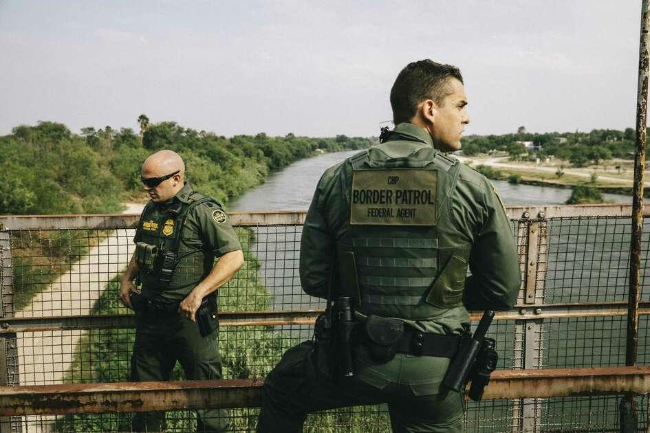 ARCHIVO - Agentes de CBP inspeccionan el río Bravo cerca de Roma, Texas, el 15 de mayo de 2017.