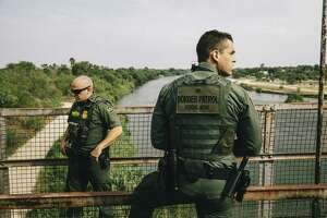 ARCHIVO — Agentes de CBP inspeccionan el río Bravo cerca de Roma, Texas, el 15 de mayo de 2017.
