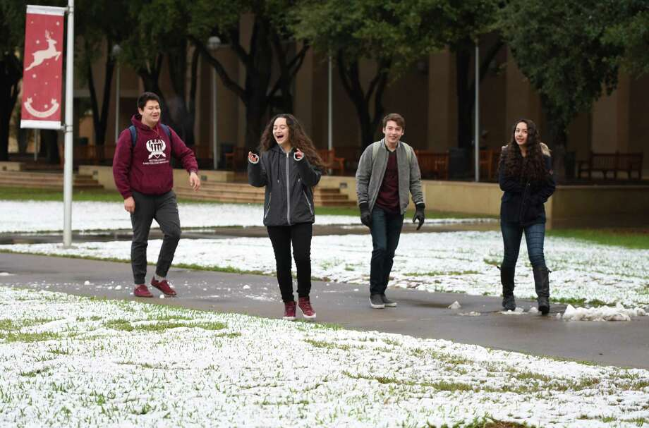 Snow! Or at least some type of weather resembling the holiday season. According to the National Weather Service, Laredo will have highs near 77 on Christmas Day. Photo: Danny Zaragoza, Staff Photographer / Laredo Morning Times / Laredo Morning Times