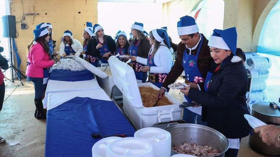 El alcalde de Nuevo Laredo, México, convivieron con miles de familias que acudieron a la Posada 'Compartir', el sábado en los terrenos de Expomex. Photo: Foto De Cortesía /Gobierno De Nuevo Laredo