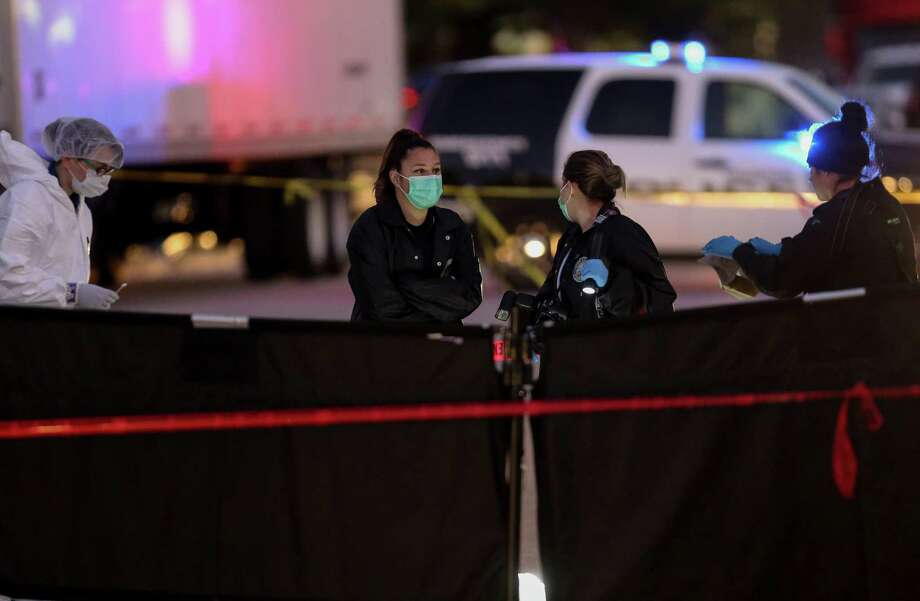 Authorities investigate the scene where a woman's dead body was found on the 9800 block of Brooklet Drive Monday, Dec. 11, 2017, Houston. Photo: Godofredo A. Vasquez / Houston Chronicle