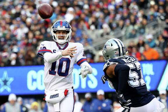 EAST RUTHERFORD, NEW JERSEY - DECEMBER 10:  Eli Manning #10 of the New York Giants throws a pass against the Dallas Cowboys during the second quarter in the game at MetLife Stadium on December 10, 2017 in East Rutherford, New Jersey.