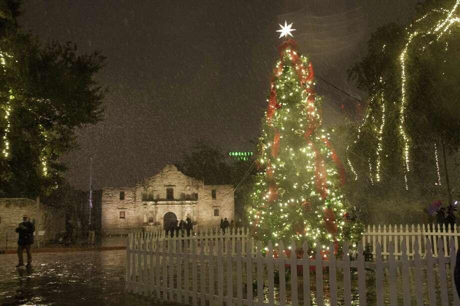 Snow falls downtown. Photo: Juanito M. Garza, San Antonio Express-News / San Antonio Express-News / San Antonio Express-News