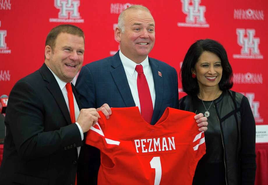 Board chairman Tilman Fertitta, left, and chancellor Renu Khator, right, welcome Chris Pezman back to UH. Photo: Mark Mulligan, Houston Chronicle / © 2017 Houston Chronicle
