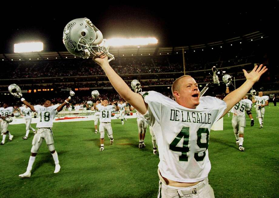 De La Salle players celebrate after the Spartans defeated Mater Dei, 28-21, before 20,781 fans at Edison Field in Anaheim on Sept. 26, 1998 — the first of four losses to the Spartans. Photo: RICK RICKMAN