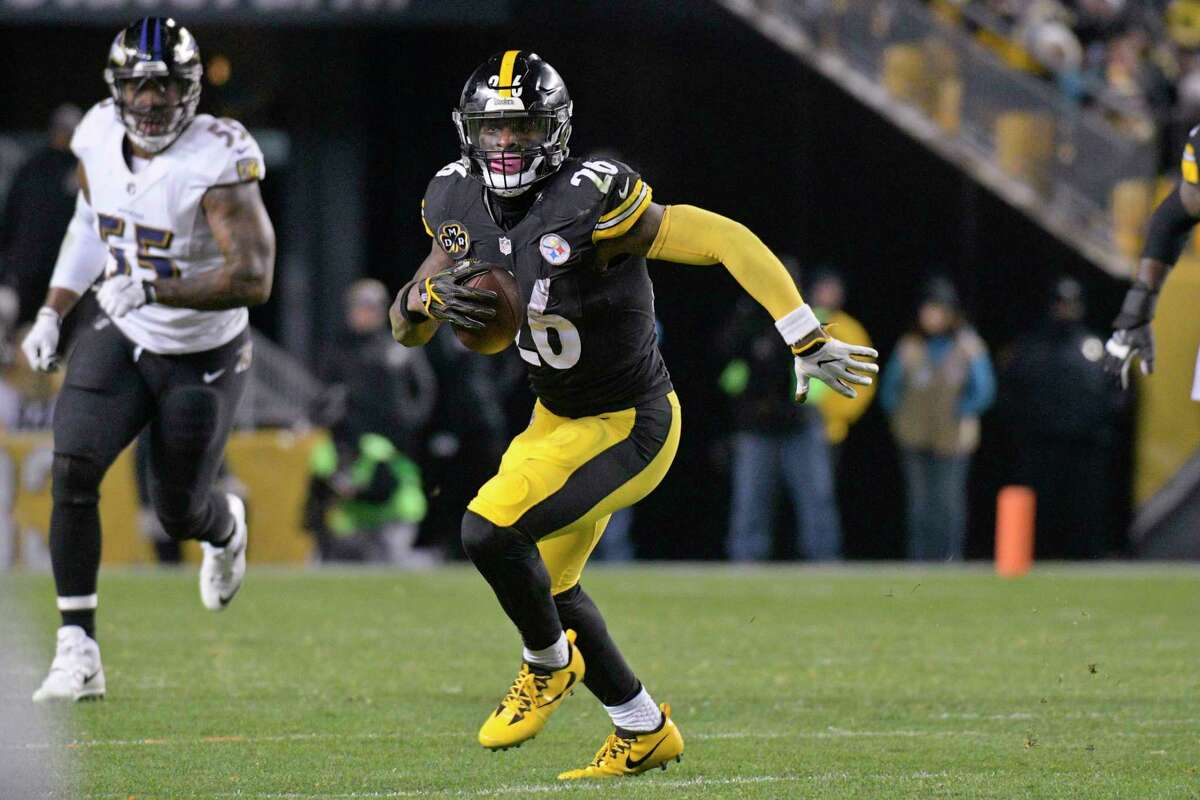 Pittsburgh Steelers running back Le'Veon Bell (26) plays in an NFL football game against the Baltimore Ravens, Sunday, Dec. 10, 2017, in Pittsburgh. (AP Photo/Don Wright)