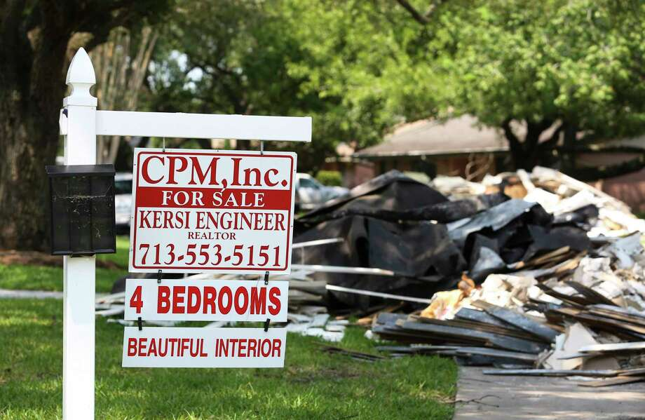 Real estate broker Kersi Engineer has a sign up for his four-suit house at the corner of Queensloch Drive and Contour Place in Meyerland Wednesday, Sept. 6, 2017, in Houston. The house was supposed to close on September 8 but the buyer backed off after the flood and Engineer was expected to put the house back to the market in about two months. ( Yi-Chin Lee / Houston Chronicle ) Photo: Yi-Chin Lee, Staff / © 2017  Houston Chronicle