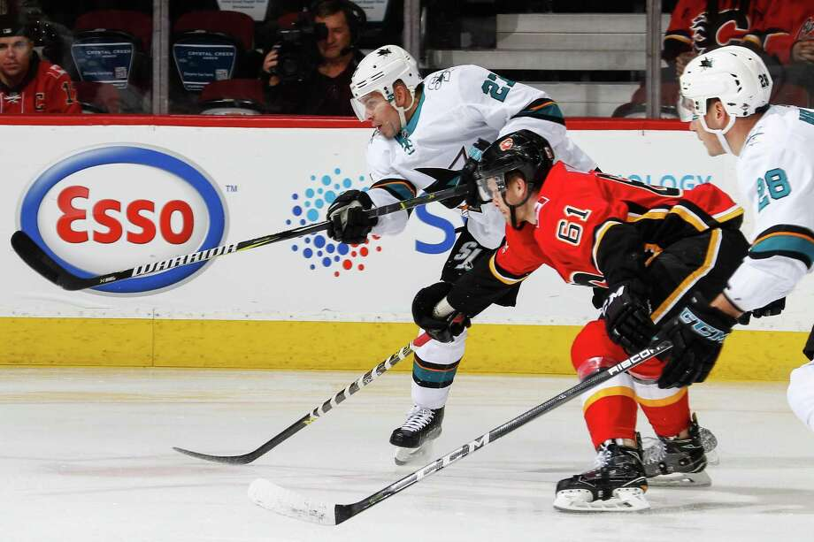 CALGARY, AB  DECEMBER 14, 2017: Joonas Donskoi #27 of the San Jose Sharks makes a pass in a game against the Calgary Flames at the Scotiabank Saddledome on Saturday night. (Photo by Brad Watson/NHLI via Getty Images) Photo: Brad Watson / NHLI Via Getty Images / 2017 NHLI