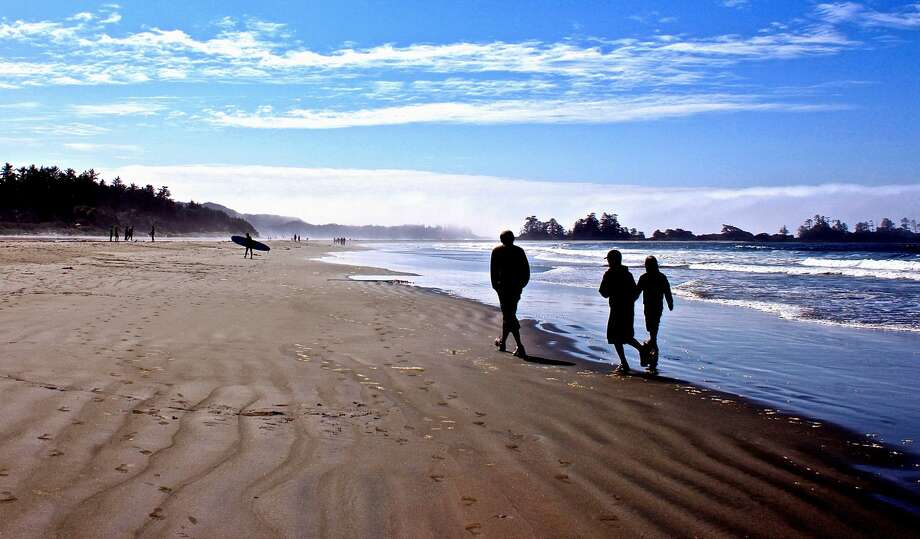 Friends walking on shore at Pacific Rim National Park, Vancouver Island, British Columbia. Photo: Paola Moschitto-Assenmacher / EyeEm/Getty Images/EyeEm